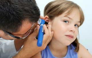 Ребенок жалуется на боль в ухе: как распознать, чем лечить