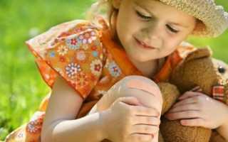 У ребенка болит колено одной ноги: как распознать, чем лечить