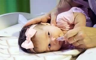 Как промыть ребенку нос физраствором