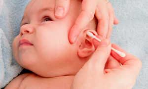 Как грудному ребенку почистить уши
